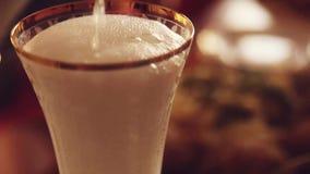 Champagne-het gieten in glas in slowmotion op vage verlichting bokeh 1920x1080 stock video