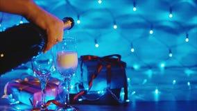 Champagne-het gieten van de fles in paar van de scène van wijnglazenkerstmis stock footage