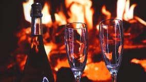 Champagne-het koelen door de brand, valentijnskaartendag stock footage