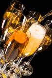 Champagne häller in ett exponeringsglas Fotografering för Bildbyråer