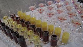Champagne i exponeringsglas med den nya körsbäret på tabell- och partibakgrund Bästa sikt av exponeringsglas med olika alkoholdri Arkivbild