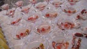 Champagne i exponeringsglas med den nya körsbäret på tabell- och partibakgrund Bästa sikt av exponeringsglas med olika alkoholdri Royaltyfria Bilder