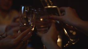 Champagne i exponeringsglas i nattklubb med att festa folk på bakgrund arkivfilmer