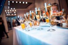 Champagne i exponeringsglas på partiet royaltyfri bild