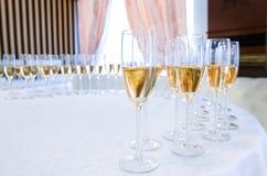 Champagne i glasesna på den runda tabellen Arkivfoto