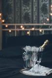 Champagne i säng Royaltyfri Bild