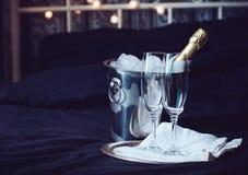 Champagne i säng Arkivbilder
