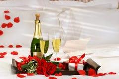 Champagne im Bett Stockfoto