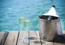 Champagne imbottiglia i vetri del champagne e del secchiello del ghiaccio Fotografia Stock