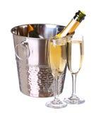 Champagne imbottiglia il secchio con ghiaccio e vetri di champagne Fotografia Stock
