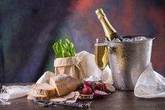 Champagne imbottiglia il secchio con ghiaccio e vetri di champagne sopra Fotografie Stock Libere da Diritti