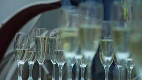 champagne inramninga exponeringsglas som skjutas horisontal arkivfilmer