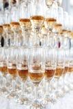 champagne inramninga exponeringsglas som skjutas horisontal Arkivbild