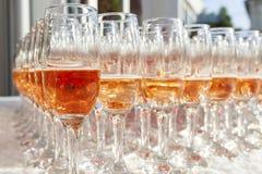 champagne inramninga exponeringsglas som skjutas horisontal Royaltyfri Bild