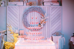 champagne inramninga exponeringsglas som skjutas horisontal Gifta sig glidbanachampagne för brud och brudgum Färgrika gifta sig e Royaltyfri Foto