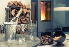 Champagne intérieur à la maison de fête de wirh, deux verres et cheminée Images libres de droits