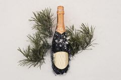 Champagne, jul dekor och gåvaask över snö och granträd med kopieringsutrymme Royaltyfri Bild