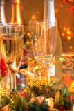 Champagne, Kerzeleuchten und Flitter stockbild
