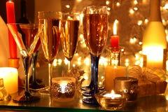 Champagne, Kerzeleuchten und Geschenk. stockfotografie