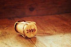 Champagne-Korken mit 2016-jährigem Stempel über Holztisch Retro- Art-Bild Lizenzfreies Stockfoto