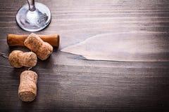 Champagne kurkt met kurketrekker op uitstekende houten Stock Foto's