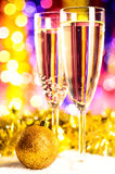 Champagne med jultoys Arkivbilder
