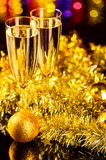 Champagne med jultoys Arkivbild