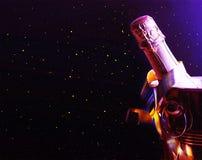 Champagne Mehrfarbige Lichter und Lametta Luxusfeiertag Feier Geburtstag lizenzfreie stockfotografie