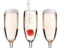 Champagne met aardbei - Kerstmiscocktail Stock Foto's