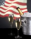 Champagne mit amerikanischer Flagge im Hintergrund lizenzfreie stockbilder