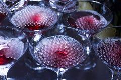 Champagne mit Blasen in den Gläsern, alkoholisches Getränk Stockfotos
