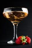 Champagne mit Erdbeeren Lizenzfreies Stockfoto