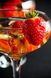 Champagne mit Erdbeeren Stockbild