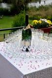 Champagne mit Gläsern Stockbild