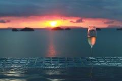 Champagne mit Sonnenuntergang mit schöner kleiner Insel Lizenzfreies Stockbild