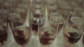 Champagne Molti vetri con Champagne scintillante video d archivio