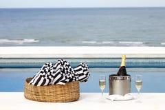 Champagne na beira da piscina Stock Images