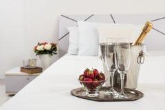 Champagne na cama fotografia de stock