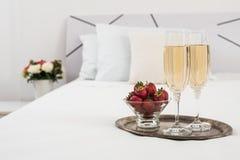 Champagne na cama Foto de Stock