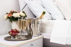 Champagne na cama Imagens de Stock Royalty Free