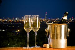 Champagne na noite com skyline da cidade Imagens de Stock Royalty Free