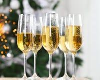 Champagne nahe dem Weihnachtsbaum Stockbild