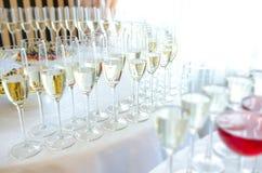 Champagne nos glases na tabela Imagem de Stock Royalty Free