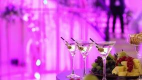 Champagne nos vidros, um vidro do champanhe, projeto do banquete, close-up do champanhe, banquet o interior vídeos de arquivo