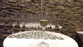Champagne nos vidros, um vidro do champanhe, projeto do banquete, close-up do champanhe, banquet o interior, dentro video estoque