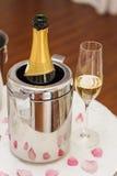 Champagne och exponeringsglas på beröm Royaltyfri Bild