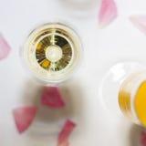 Champagne och exponeringsglas på berömmar Arkivfoto
