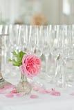Champagne och exponeringsglas på berömmar Royaltyfri Foto
