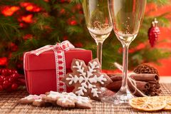 Champagne och gåva nytt år för jul Royaltyfri Foto