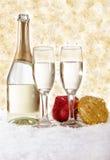 Champagne och julpynt på guld- bakgrund Fotografering för Bildbyråer